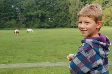 Urlaub auf dem Bauernhof - Kind an der Pferdekoppel