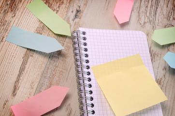 Notizzettel auf einem Schreibtisch