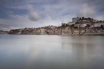 Cidade do porto reflectida no Douro