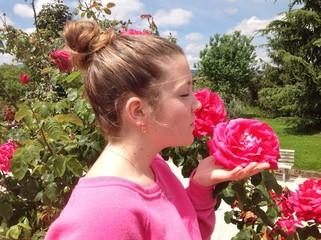 Ragazza tra le rose