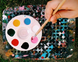 Color plate with brush in hand