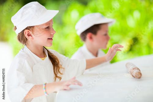 Kids making pizza - 64824755