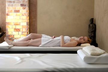 Wellness - Frau entspannt im Spa