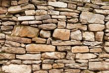 Mur de pierre rugueuse de roches, petits et grands