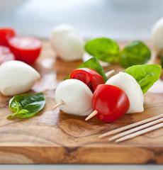 Snack mit Tomate, Mozzarella und Basilikum