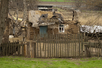 Ветхая постройка на деревенском дворе