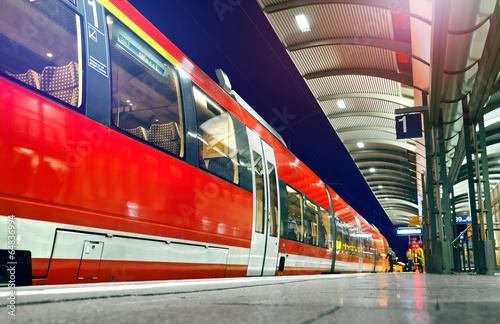 S-Bahn wartet am Bahnsteig - Zug Verspätung Abfahrt - 64836994