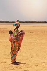 femme africaine portant bébé das le dos