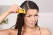 canvas print picture - Frau kämmt Läuse aus ihrem Haar