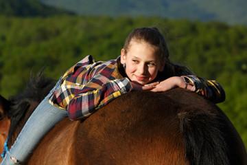 Jugendliche auf Pferderücken