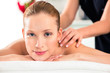 Frau bei Massage in einem Wellness Spa