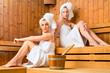 Freundinnen im Wellness Spa genießen Sauna