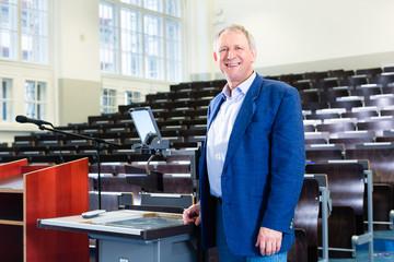 Uni Professor im Hörsaal