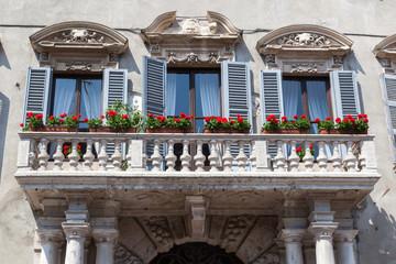 typische Hausfassade mit Balkon in Verona