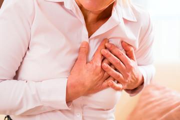 Seniorin hat zuhause einen Herzinfarkt