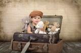 Dziecko w walizce z misiami - 64850771