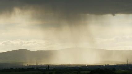 Regensturm über dem Land in Zeitraffer