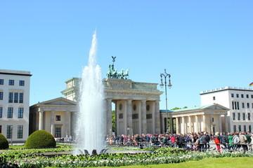 Pariser Platz Berlin mit Brandenburger Tor und Springbrunnen