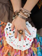 Карты в руках гадалки рубашкой вниз
