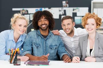 junge leute arbeiten zusammen in einem modernen büro