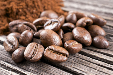 Kaffeebohnen und gemahlener Kaffee