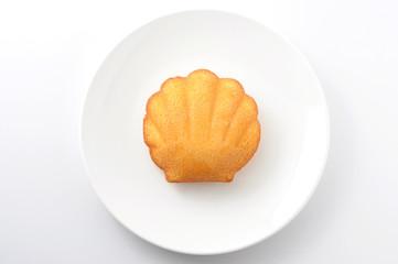お皿にのせた マドレーヌ フランスのお菓子 白背景