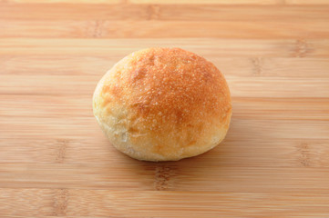 まな板にのせた フランスパン 丸いパン