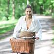 schöne junge Frau mit dem Fahrrad an einem warmen Sommertag