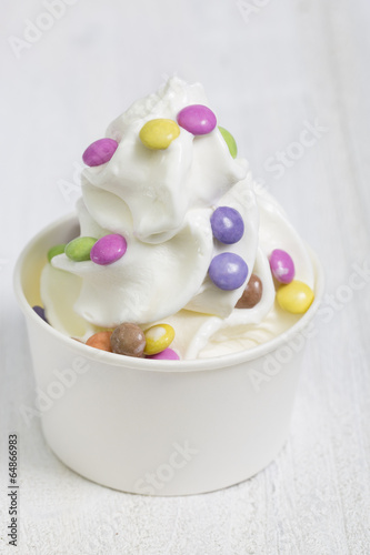 canvas print picture Frozen Yogurt mit Schokolinsen