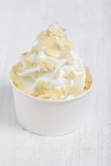Frozen Yoghurt mit Mandeln