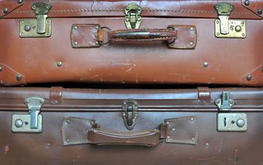 Vecchie valigie in pelle impilate in verticale