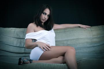 Sensuel et beau Modèle féminin assis sur un divan