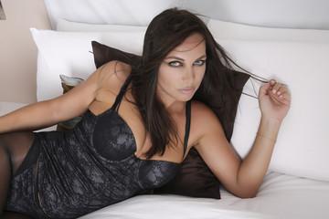 Sensuel et beau Modèle féminin allongé sur un lit