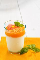 Dessert con mousse di carote, close-up