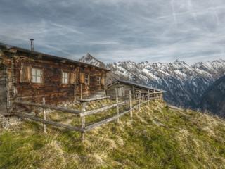 urige Almhütte in den Alpen in HDR