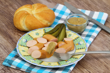 Frankfurters with mustard, gherkin and bread roll