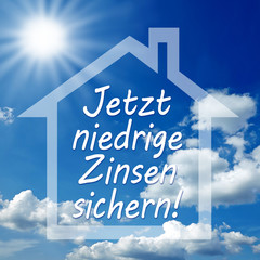 Haus vor Wolken mit Sonne und Zinsen