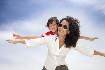 Madre e hijo jugando a volar