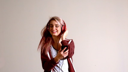 Sporty blonde listening to music with smartphone