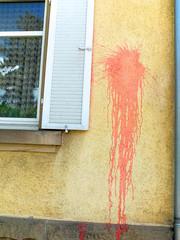 Farbfleck an Hauswand
