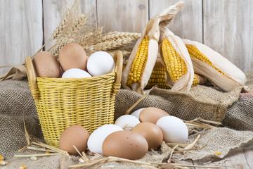 Cesta con huevos frescos de corral en un estante del gallinero