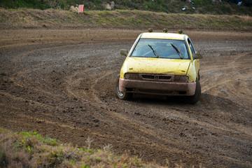 coche de carreras amarillo tomando una curva a gran velocidad