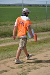 comisario de carrera en circuito de rally de coches