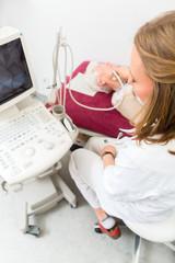 Doktor untersucht Seniorin mit Ultraschall