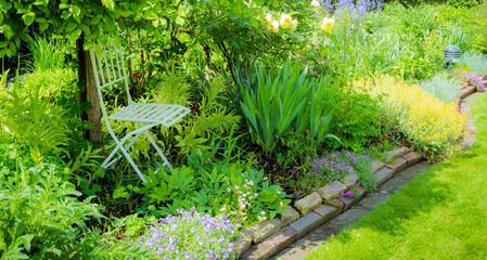Schattenplatz im sonnigen Garten
