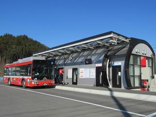赤いバスとバス停