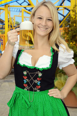 Frau im Dirndl auf Oktoberfest mit Maßkrug Bier