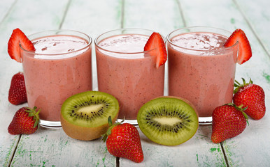 Smoothies of kiwi and strawberry