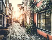 Historische straat in Europa bij zonsondergang met retro vintage effect