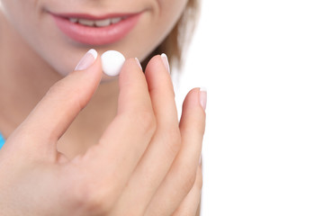 девушка принимает лекарства